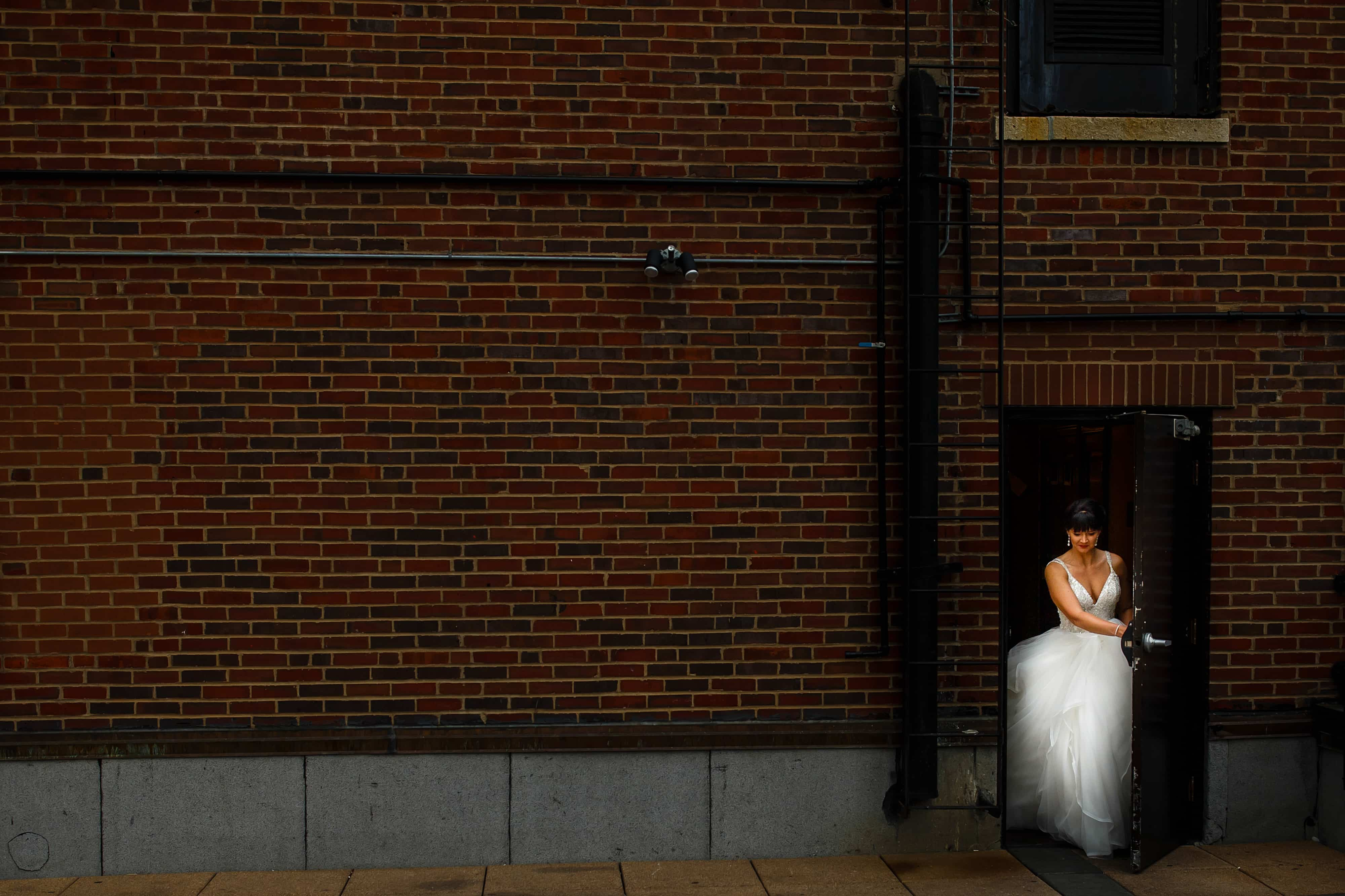 The bride walks out onto the rooftop in Chicago